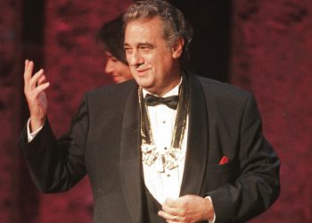 En esta imagen de archivo, tomada el 14 de septiembre de 1999, Plácido Domingo saluda al público tras recibir el premio Hispanic Heritage Award en 1999 en el Centro John F. Kennedy para las Artes Escénicas en Washington, Estados Unidos. Foto: Leslie Kossoff / AP / Archivo.