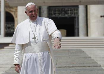 El papa Francisco saluda a peregrinos y fieles al marcharse de la Plaza de San Pedro del Vaticano, tras su audiencia general semanal el miércoles 28 de agosto de 2019. (AP Foto/Alessandra Tarantino)