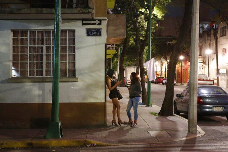 La activista trans Kenya Cuevas habla con Italia, una prostituta trans de 24 años del estado de Oaxaca, en la esquina de una calle en la Ciudad de México. Cuevas se pasó al activismo el 29 de septiembre de 2016. Esta noche, su amiga Paola Buenrostro, quien como ella era una prostituta transexual, se subió en el Nissan de un cliente y fue baleada varias veces. (AP Foto/Ginnette Riquelme)