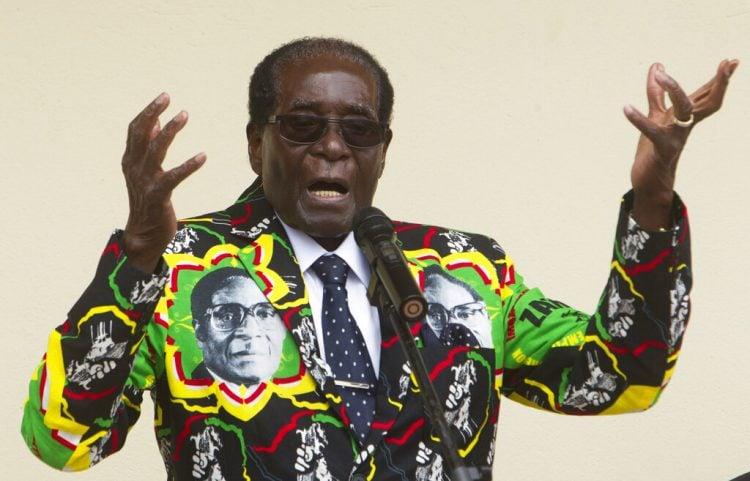 En esta imagen de archivo, tomada el 17 de diciembre de 2016, el entonces presidente de Zimbabue, Robert Mugabe, ofrece un discurso antes de la clausura de la 16ta Conferencia Anual del Pueblo de su partido, en Masvingo, al sur de la capital, Harare. (AP Foto/Tsvangirayi Mukwazhi, archivo)