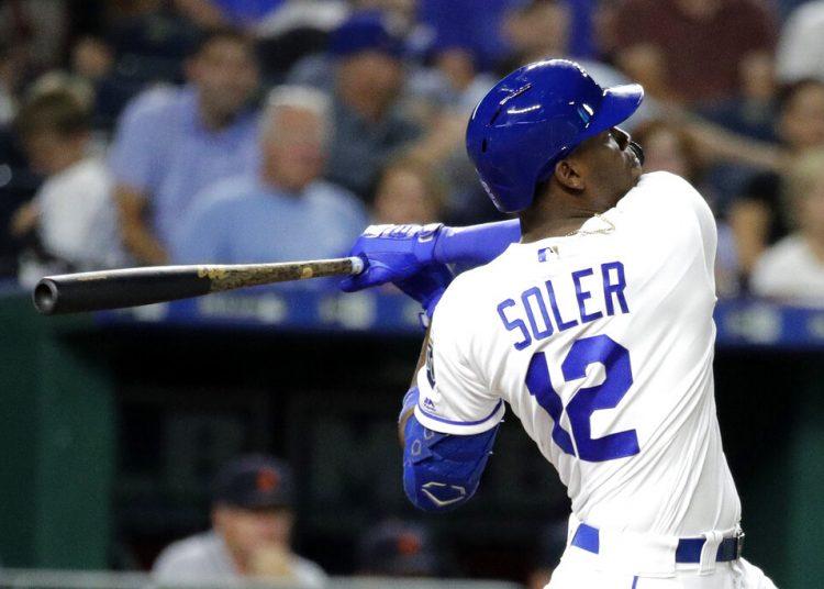 El cubano Jorge Soler, de los Reales de Kansas City, observa su jonrón solitario durante el quinto inning de un juego de béisbol contra los Tigres de Detroit, el miércoles 4 de septiembre de 2019, en Kansas City, Missouri. Foto: Charlie Riedel / AP.