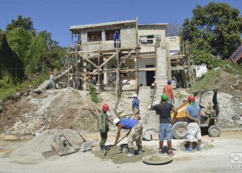 Obreros trabajan en la construcción de viviendas en La Habana. Foto: Otmaro Rodríguez/Archivo OnCuba.