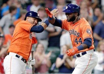 Los cubanos Yuli Gurriel (izq) y Yordan Álvarez han sido dos puntales para los Astros de Houston esta temporada. Foto: Michael Wyke / AP / Archivo.