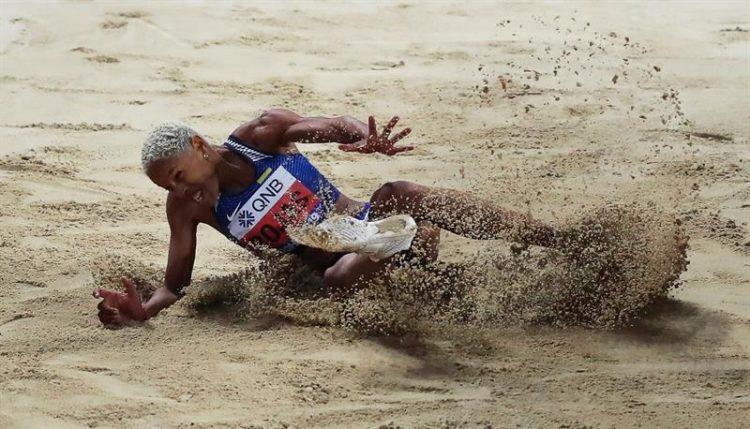 Yulimar Rojas, discípula del entrenador cubano Iván Pedroso, ganó el triple salto en el Mundial de Doha y quedó a 13 centímetros del récord del orbe. Foto: EFE/EPA/ALI HAIDER