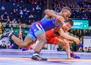 El luchador cubano Reineris Andreu (i), de los 57 kg del estilo libre, en acción durante el campeonato mundial sub-23 de Budapest, Hungría, en el que obtuvo su segundo título de la categoría. Foto: @PortalCubaSi / Twitter.