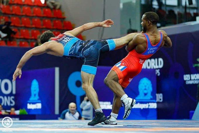 El luchador cubano Reineris Andreu (d), de los 57 kg del estilo libre, en acción durante el campeonato mundial sub-23 de Budapest, Hungría, en el que obtuvo su segundo título de la categoría. Foto: @escambraycu / Twitter.
