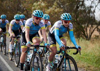 La ciclista cubana Arlenis Sierra (d), junto a un grupo de sus coequiperas del Astana Women's Team. Foto: del Astana Women's Team / Facebook.