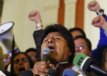 El presidente boliviano Evo Morales habla ante sus simpatizantes en el palacio presidencial, tras declararse vencedor de la primera vuelta electoral el domingo 20 de octubre de 2019. Foto: Jorge Saenz / AP.
