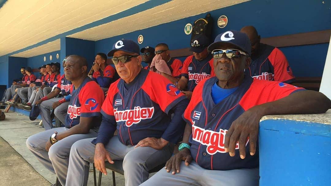 El manager Miguel Borroto (2-d) junto a su equipo dirección y jugadores en el banco de los Toros de Camagüey. Foto: Un cubano en Calceta / Facebook.