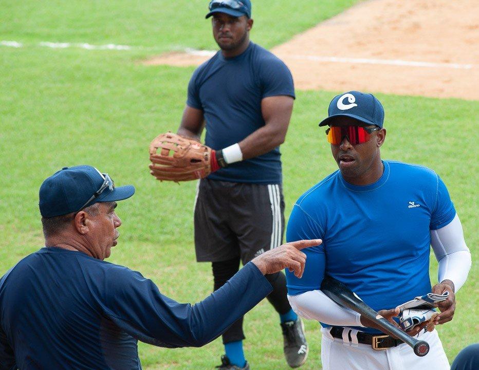 El manger Miguel Borroto (izq) da instrucciones a Leslie Anderson en un entramiento del equipo de Camagüey. Foto: Leandro Pérez / Facebook.