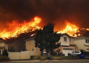 Un incendio forestal se aproxima a un conjunto residencial el 24 de octubre de 2019, en Santa Clarita, California. Foto: Marcio José Sánchez/AP