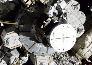 En esta foto provista por NASA las astronautas Christina Koch y Jessica Meir salen de la Estación Espacial Internacional, viernes 18 de octubre de 2019, la primera caminata espacial exclusivamente de mujeres. Foto: NASA/AP