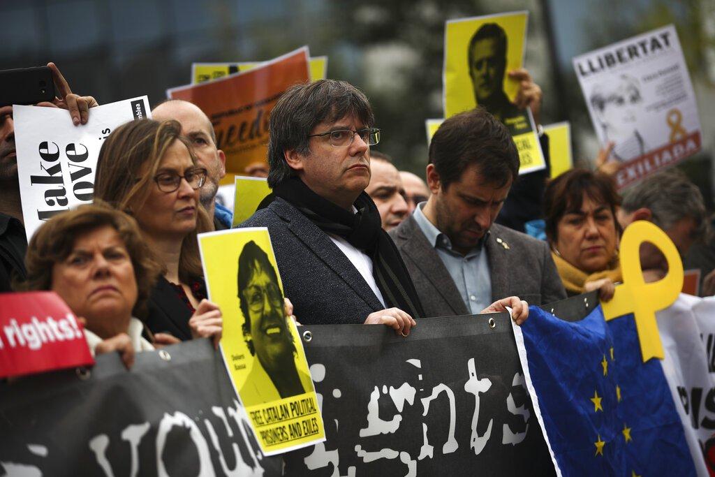 El expresidente regional de Cataluña, Carles Puigdemont (centro) participa de una protesta contra las condenas a los separatistas catalanes frente a la sede de la Comisión Europea, Bruselas, martes 15 de octubre de 2019.  Foto: Francisco Seco / AP.