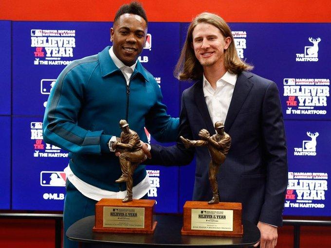 Chapman y Hader con sus trofeos como los mejores relevistas de la temporada 2019 en la MLB. Foto: @nypostsports / Twitter.