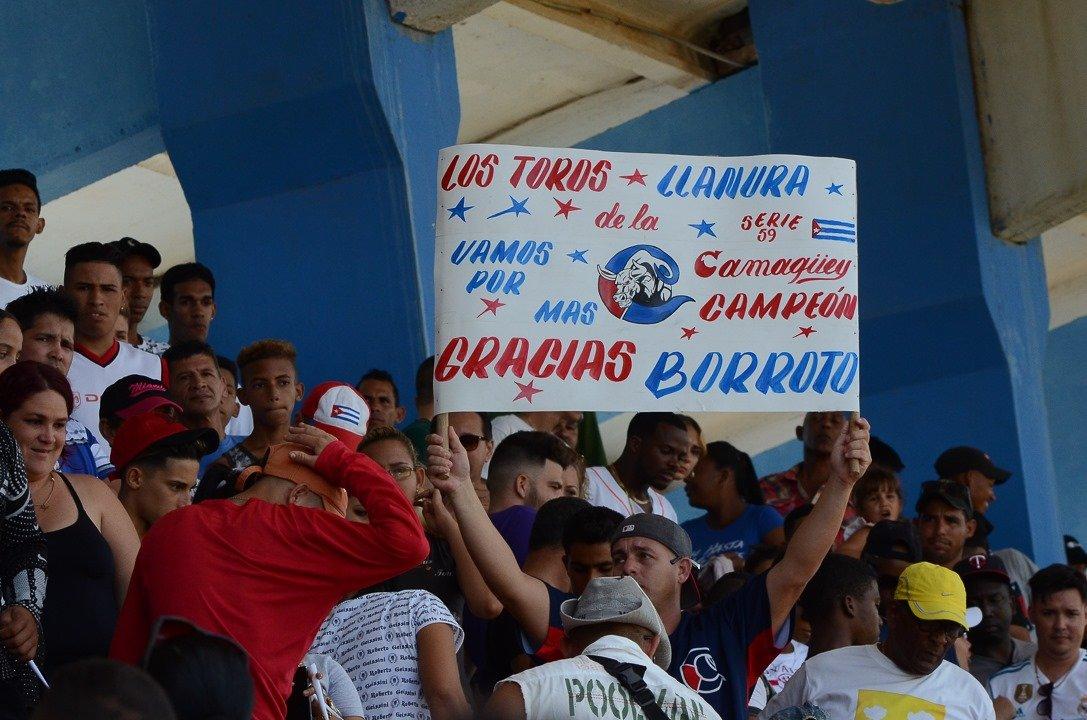 El público ha respondido con entusiasmo a la actuación de sus equipos y ha llenado nuevamente estadios como el Cándido González de Camagüey. Foto: Leandro A. Pérez / Facebook.