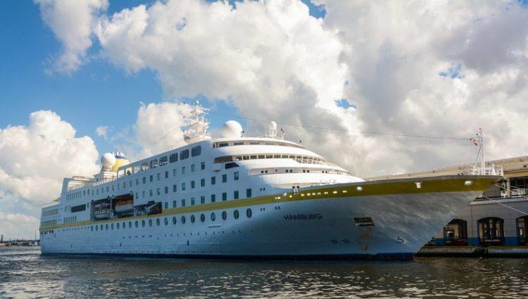 El buque-crucero alemán Hamburg, atraca en la Terminal de Cruceros del puerto de La Habana, Cuba, el 30 de octubre de 2019. Foto: Marcelino Vázquez Hernández/ACN.