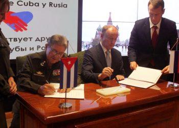Secretario de Defensa ruso Nikolái Pátrushev (der) y Julio Garandilla, Ministro del Interior cubano firman memorando. /Foto: Sputnik
