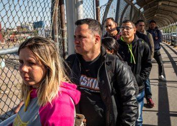 Un grupo de cubanos, solicitantes de asilo, esperan para cruzar a Estados Unidos desde Ciudad Juárez, México. Abril de 2019. Foto: The New York Times.