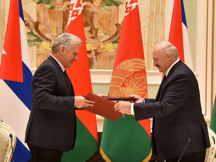El presidente cubano Miguel Díaz-Canel (i) y su homólogo de Belarús, Alexander Lukashenko, intercambian la Declaración Conjunta firmada por ambos mandatarios tras el encuentro sostenido en Minsk el miércoles 23 de octubre de 2019. Foto: @PresidenciaCuba / Twitter.