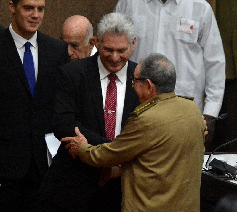 El presidente cubano Miguel Díaz-Canel (c-i) saluda al exmandatario Raúl Castro durante la sesión de la Asamblea Nacional que lo ratificó al frente de la Isla, el 10 de octubre de 2019. Foto: Juventud Rebelde.