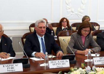 Presidente Díaz-Canel, al lado de vicepresidente del Consejo de ministros Ricardo Cabrisas (izq), y Canciller Bruno Rodríguez durante visita a Rusia. Foto: @CubaMINREX