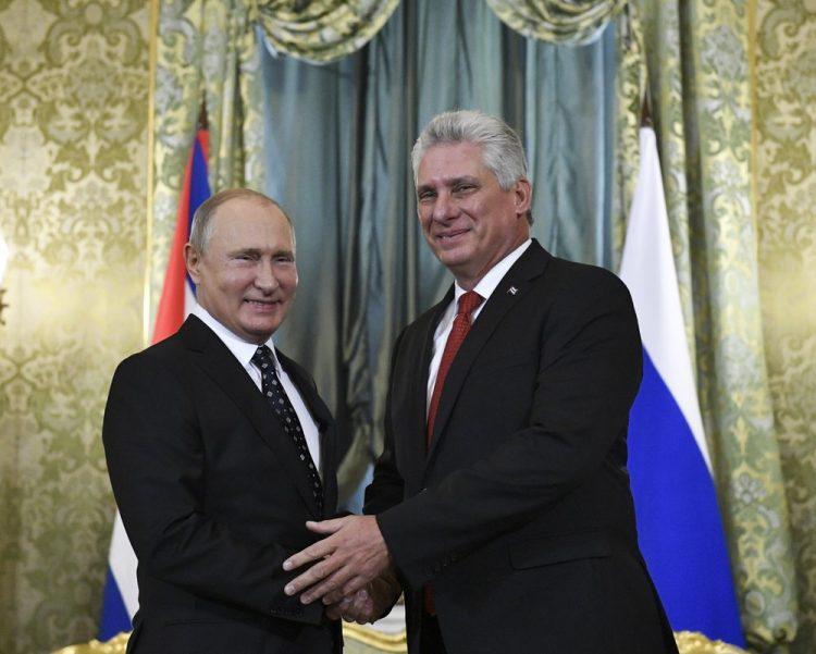 Vladimir Putin y Miguel Díaz-Canel en el Kremlin en Moscú, Rusia, en noviembre de 2018. Foto: Alexander Zemlianichenko/AP/Archivo.