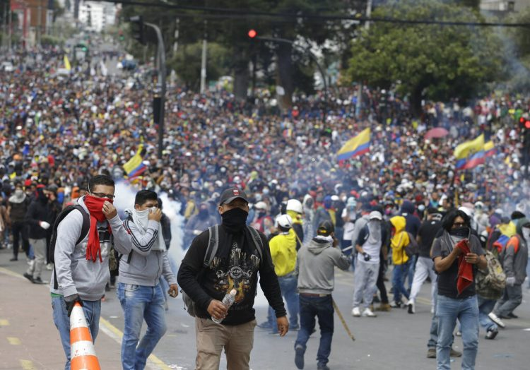 Manifestantes enfurecidos contra el gobierno se reúnen durante enfrentamientos con la policía mientras protestan contra el presidente Lenin Moreno y sus políticas económicas, en Quito, Ecuador, el martes 8 de octubre de 2019. Foto: Fernando Vergara / AP.