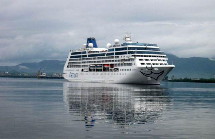 El crucero Adonia, de Carnival, entrando al puerto de Santiago de Cuba. Foto: Prensa Latina / Archivo.