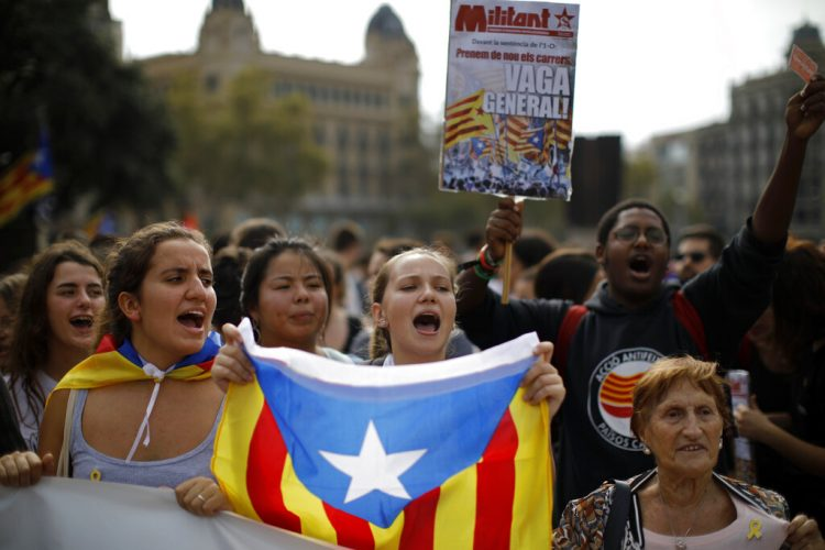 Personas protestan en Barcelona contra el fallo del Tribunal Supremo de España que sentenció a varios años en prisión a 12 expolíticos y activistas catalanes por su papel en el movimiento independentista de 2017, el lunes 14 de octubre de 2019. Foto: Emilio Morenatti / AP.