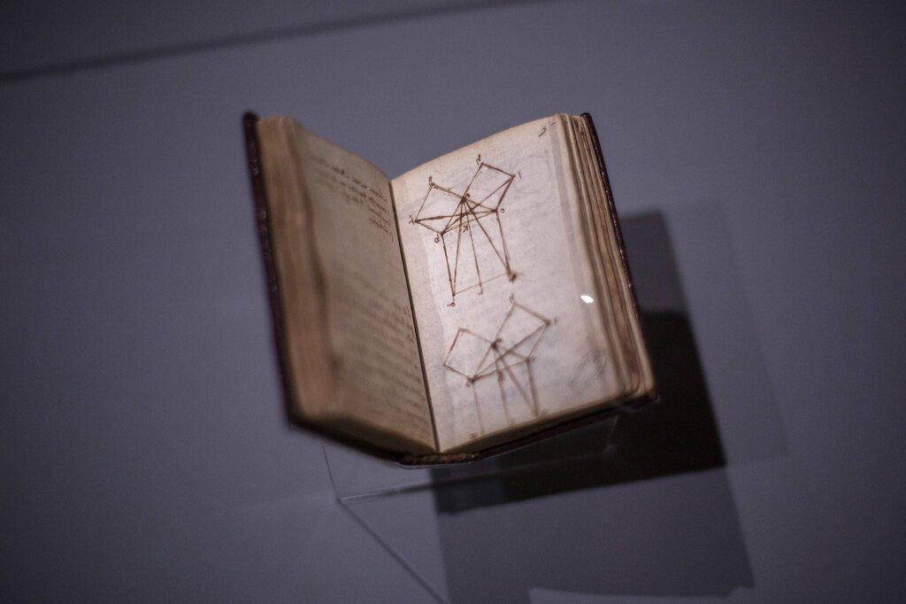 """""""La demostración euclidiana del teorema de Pitágoras"""" de Leonardo da Vinci se exhibe en el Museo del Louvre el domingo 20 de octubre del 2019 en París. Foto: Rafael Yaghobzadeh/AP"""