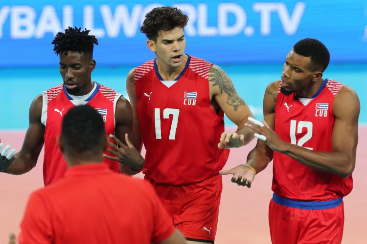 Roamy Alonso (al centro), uno de los motores impulsores de la selección cubana, tendrá la oportunidad de progresar como jugador en Francia. Foto: Getty Images.