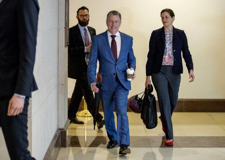 Kurt Volker, ex enviado especial a Ucrania, llega al Capitolio para testificar ante los legisladores como parte de la investigación de juicio político de la Cámara contra el presidente Donald Trump. Foto: Andrew Harnik/AP.