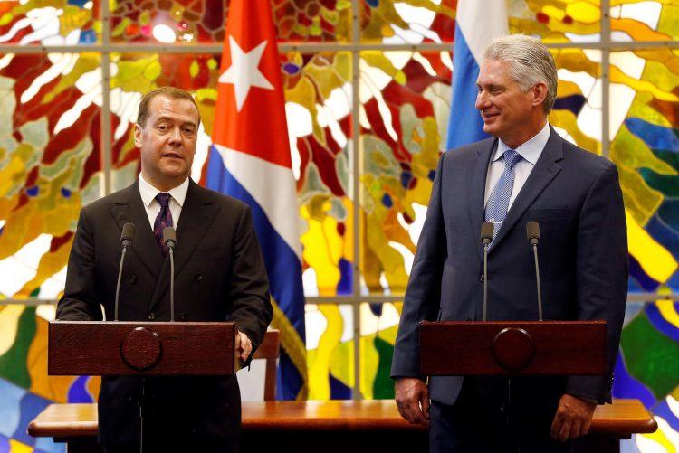 El presidente cubano Miguel Díaz-Canel Bermúdez (d), junto al primer ministro de Rusia, Dmitri Medvédev (i), en declaraciones a la prensa en La Habana, tras un encuentro entre ambos mandatarios, el 3 de octubre de 2019. Foto: Ernesto Mastrascusa/ POOL/EFE.