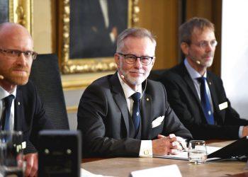 El secretario general de la Academia Sueca de Ciencias, Goran K Hansson, en el centro, y los académicos Peter Fredriksson, a la izquierda, y Jakob Svensson anuncian los ganadores del Nobel de Economía durante una rueda de prensa en la Academia Sueca de Ciencias en Estocolmo, Suecia, el lunes 14 de octubre de 2019. Foto AP