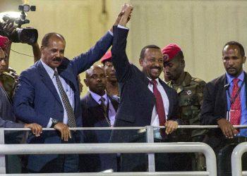 En esta fotografía de archivo del domingo 15 de julio de 2018, el presidente eritreo Isaias Afwerki, segundo de izquierda a derecha, y el premier etíope Abiy Ahmed, al centro, sostienen las manos en alto ante una multitud en Adis Abeba, Etiopía. A Ahmed le fue otorgado el premio Nobel de la Paz el viernes 11 de octubre de 2019. Foto: Mulugeta Ayene/AP/Archivo.