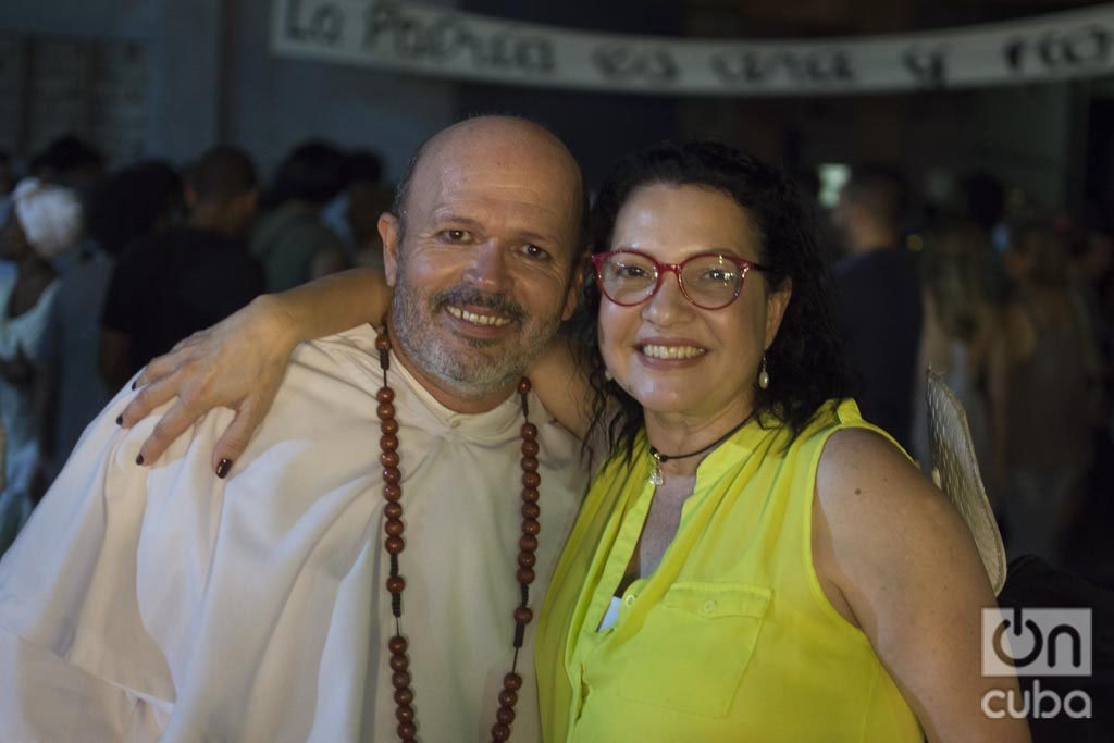Osvaldo Doimeadiós y Beatriz Valdés al terminar la función de Oficio de isla. Foto: Otmaro Rodríguez