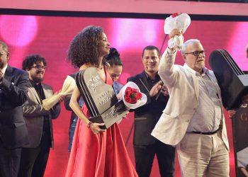 """La dupla de la cantante Annys Batista y el compositor Roly Rivero ganaron el concurso Adolfo Guzmán 2019 con la canción """"Será"""", el domingo 13 de octubre de 2019. Foto: sitio web del evento."""