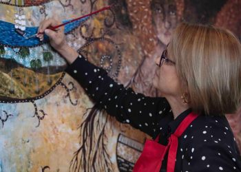 Silvia Rodríguez Rivero pintando una de sus obras