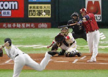 El camarero Hideto Asamura pegó par de cuadrangulares y remolcó tres carreras en la victoria de Rakuten sobre los Halcones de Softbank. Foto: Tomada de Japan Times.