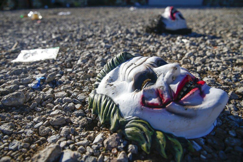 Máscaras yacen en el suelo en la escena de un tiroteo mortal en Greenville, Texas, el domingo 27 de octubre de 2019. Foto: Ryan Michalesko/The Dallas Morning News vía AP.