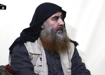 Abu Bakr al-Baghdadi, el líder del Estado Islámico. Foto colocada en internet el 29 de abril de 2019. (Al-Furqan media vía AP, File)