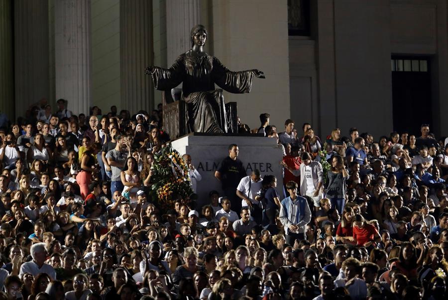 Vista general este lunes del acto de homenaje por el tercer aniversario del fallecimiento del líder Fidel Castro, organizado por la Unión de Jóvenes Comunistas (UJC) en la escalinata de la Universidad de La Habana, en La Habana (Cuba). Cuba conmemoró este lunes el tercer aniversario del fallecimiento de Fidel Castro (1926-2016). Foto: Yander Zamora/EFE
