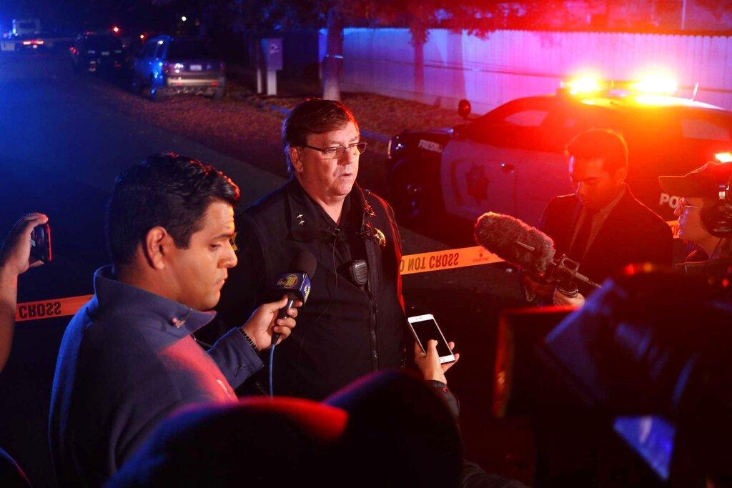 El teniente de policía de Fresno Bill Dooley habla con la prensa en la escena de un tiroteo en una fiesta el domingo 17 de noviembre de 2019 en el sureste de Fresno, California. Foto: Larry Valenzuela/The Fresno Bee via AP