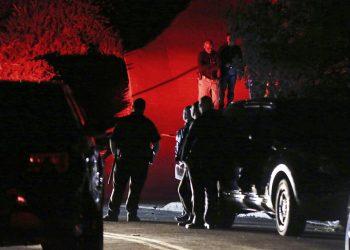 Agentes de la policía del condado Contra Costa investigan un tiroteo registrado en una casa en Orinda, California, el jueves 31 de octubre de 2019. (Ray Chavez/East Bay Times vía AP)
