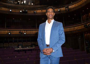"""El bailarín y coreógrafo cubano Carlos Acosta posa al llegar al estreno del filme """"Yuli: Al ritmo del corazón"""", que narra su vida, en la Ópera Real en Londres. Foto: Ryan/Invision/AP/Archivo."""