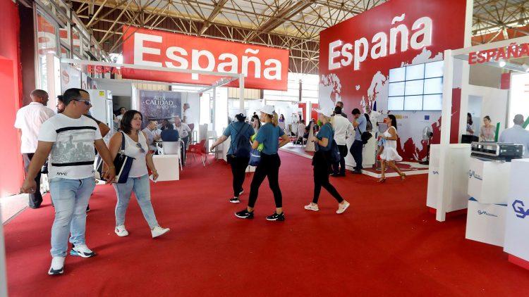 Varias personas caminan dentro del pabellón de España, en el primer día de la Feria Internacional de La Habana Fihav 2019, inaugurada el lunes 4 de noviembre de 2019. Foto: Ernesto Mastrascusa / EFE.