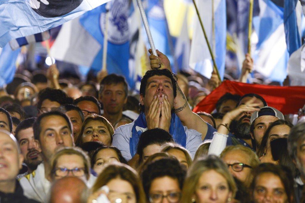 Simpatizantes del candidato presidencial Luis Lacalle Pou reaccionan en la sede de su partido mientras esperan los resultados de la segunda ronda electoral en Montevideo, Uruguay, el domingo 24 de noviembre de 2019. Foto: Santiago Mazzarovich / AP.