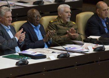 El presidente cubano Miguel Díaz-Canel (i), junto al vicepresidente Salvador Valdés (2-i) y los vicepresidentes del Consejo de Ministros Ramiro Valdés (2-d) y Roberto Morales (d), en una sesión de la Asamblea Nacional de Cuba. Foto: coha.org / Cubadebate / Archivo.