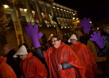 Mujeres se manifiestan contra la violencia de los hombres hacia las mujeres en Pamplona, España, el lunes 25 de noviembre de 2019, durante el Día Internacional de la Eliminación de la Violencia contra la Mujer. Foto: Álvaro Barrientos/AP
