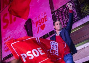 Pedro Sánchez, jefe de gobierno y líder del Partido Socialista Obrero Español, alza un puño ante sus simpatizantes frente a la sede del partido tras las elecciones generales en Madrid, España, el domingo 10 de noviembre de 2019. (AP Foto/Bernat Armangue)